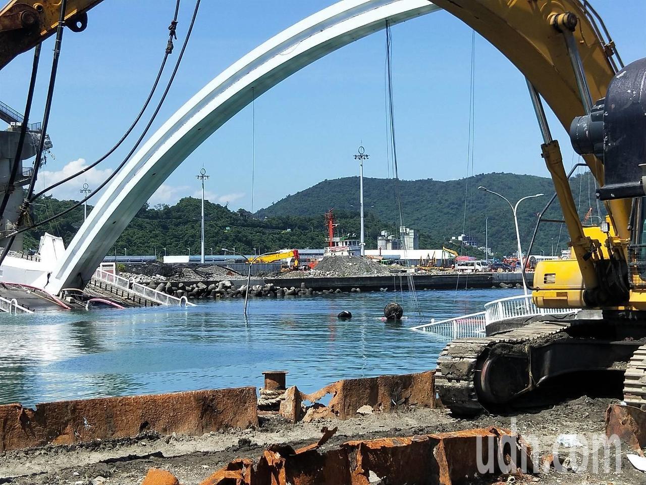 國防部長嚴德發說,漁船航道最快明中午前完成 先不爆破水下切割。記者游明煌/攝影