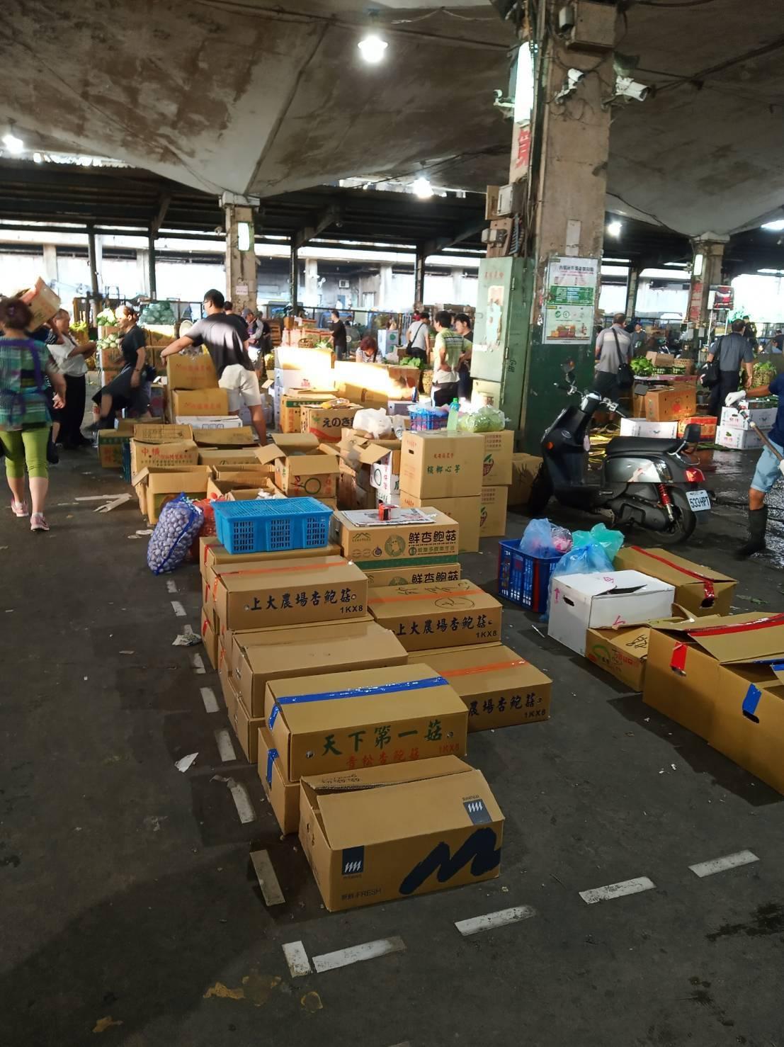 第一果菜批發市場傳出有公用卸貨空間,遭北農公司常務董事王慶中長年當拍賣區占用,還...