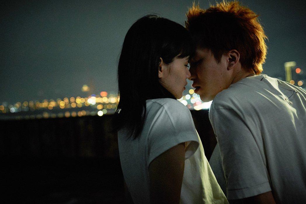 巫建和(右)和王真琳拍吻戲。圖/緯來電影台提供