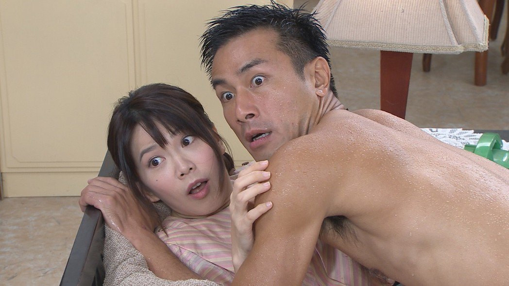 廖苡喬(左)和傅子純的壓床戲撞到男生下體。圖/民視提供