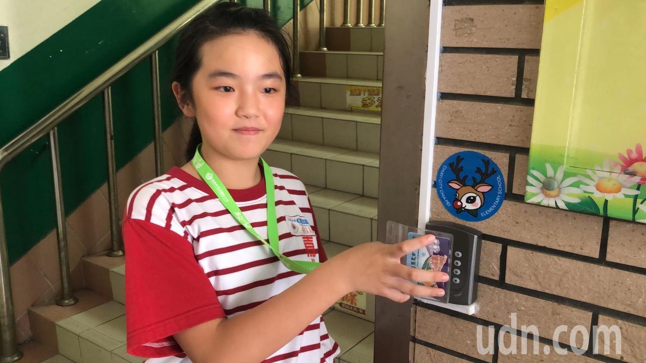 學生使用數位學生證,入校刷卡後,家長就能收到推播簡訊。記者李承穎/攝影