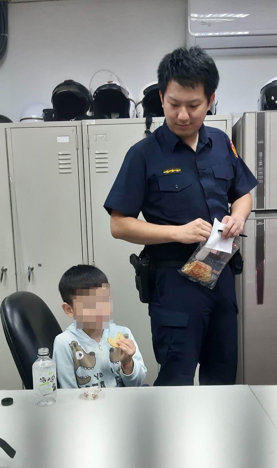 永和警分局員警見小朋友太緊張說不出話,便買糖果、餅乾給他,讓他放鬆心情。記者柯毓...