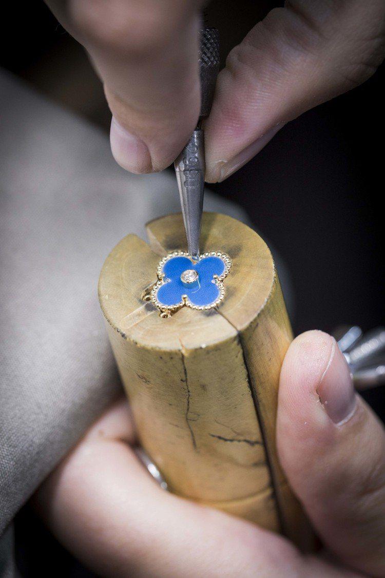 工匠於Sèvres陶瓷上鑲嵌鑽石。圖/梵克雅寶提供