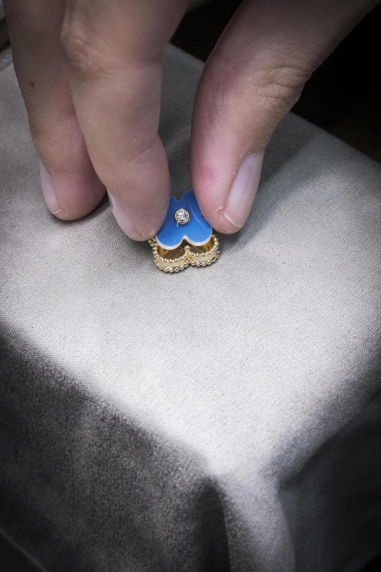 鑲嵌Sèvres陶瓷於K金上。圖/梵克雅寶提供