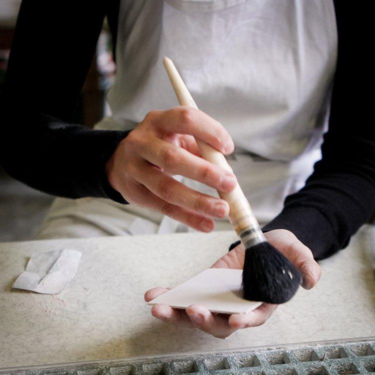 工匠在Sèvres陶瓷片加工前作準備。圖/梵克雅寶提供