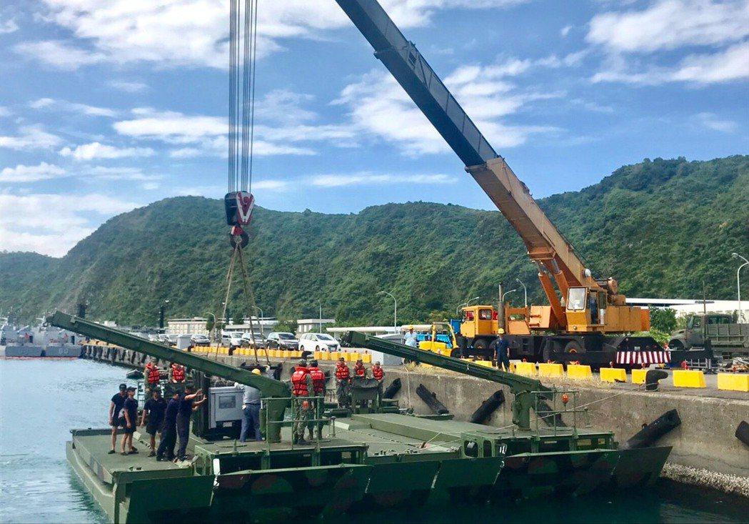 M3浮橋車航至斷橋現場旁的13號碼頭,海軍水下作業大隊的人員車輛「登船」。圖/海...