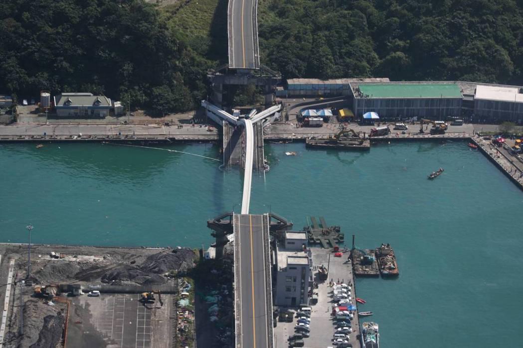 南方澳斷橋現場鳥瞰圖,水域被斷橋阻斷,軍方原本計畫將工作平台(浮門橋車)攝於右側...