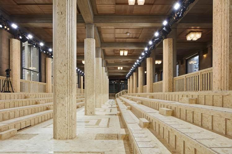 本次秀場設計團隊AMO使用了的耶納宮三個中殿裡的兩個,顛覆多柱式大廳的原始空間,...