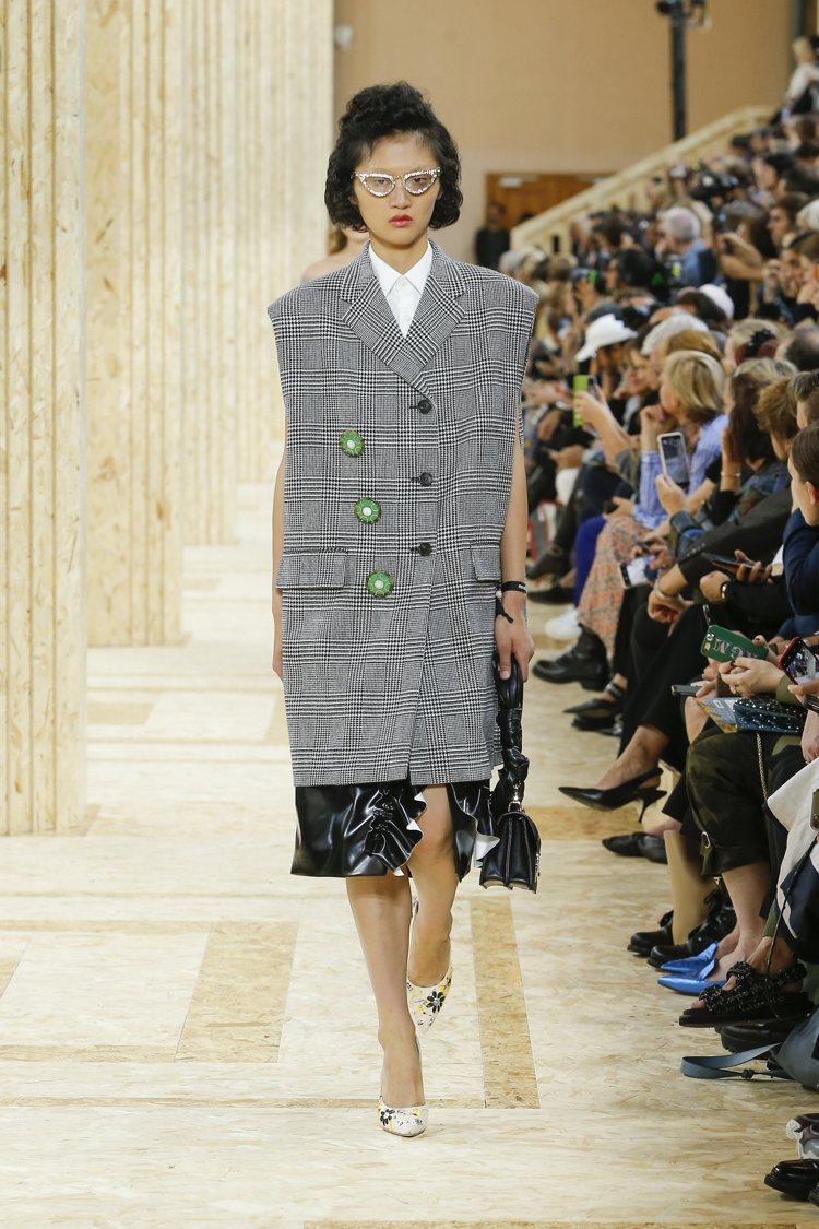 像是剪裁大衣變成的背心洋裝,還配上自己加上的釦子裝飾。圖/MIU MIU提供