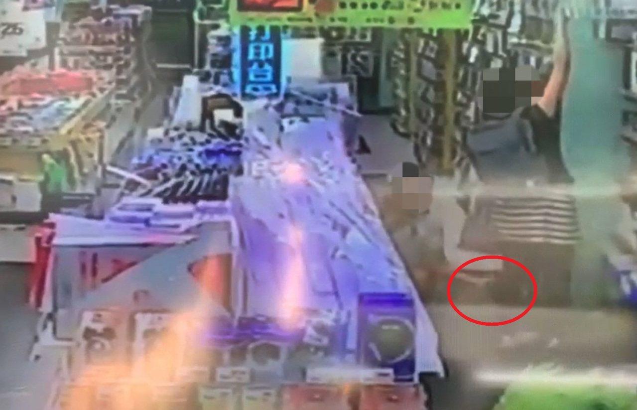 高姓男子昨天在書局偷拍女子短裙,遭旁人發現報警,警方到場後,高男坦承偷拍並主動交...