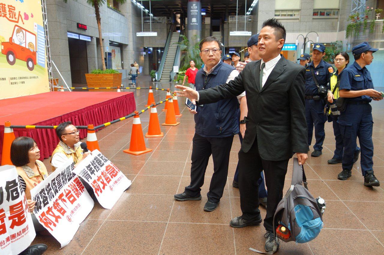 不滿北市府執法態度,台灣團結聯盟今到北市府抗議,一度還巧遇民眾黨立委參選人何景榮...