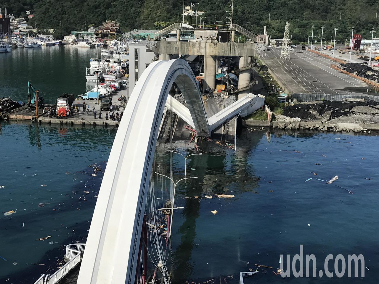 原本漁船進出熱鬧的南方澳漁港,因為斷橋橫阻航道,形同封港,整個漁港冷冷清清。記者...