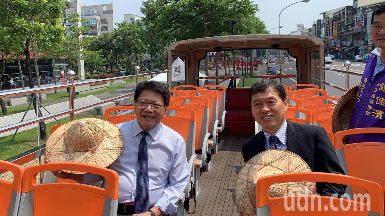 影╱雙層巴士首次到屏東 因為太熱還得「戴斗笠」!