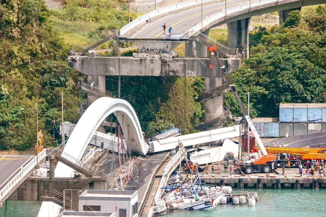 南方澳跨港大橋昨上午突然斷裂,跨港橋面落海,壓垮橋下漁船。報系資料照