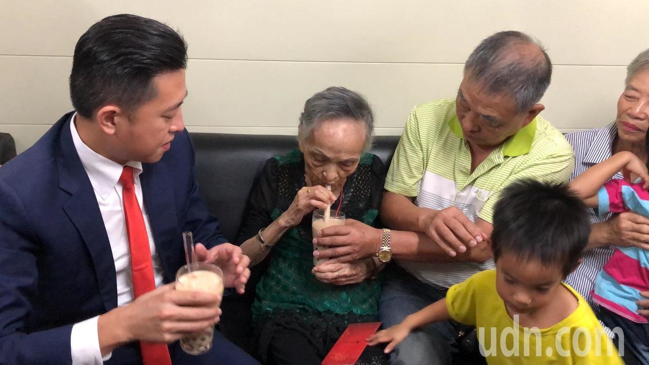 新竹市長林智堅(左一)與林邱惜(左二)一起品嘗珍珠奶茶。記者王駿杰/攝影