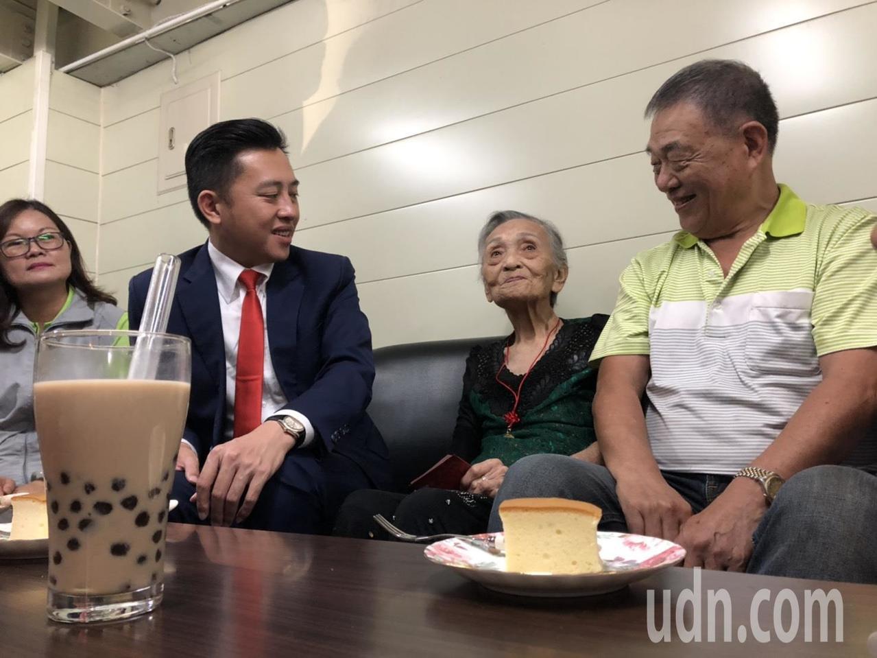 新竹市長林智堅(左二)今天親自帶著珍奶和布丁蛋糕探視林邱惜(右二),一起共享下午...
