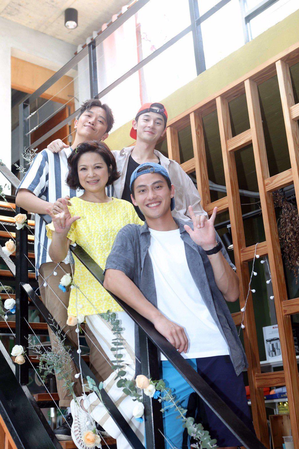 楊貴媚(前左)、范少勳(前右)和索艾克(後左)為「阮三个」第二季赴苗栗民宿開拍,...