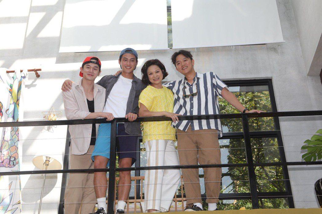 楊貴媚(右二)、范少勳(左二)和索艾克(右一)為「阮三个」第二季赴苗栗民宿開拍,