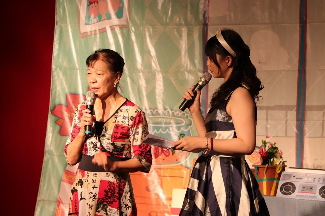 「我愛阿嬤妮」公益舞台劇是真人真事改編,講述失智長輩白婉芝(左)如何積極面對疾病...