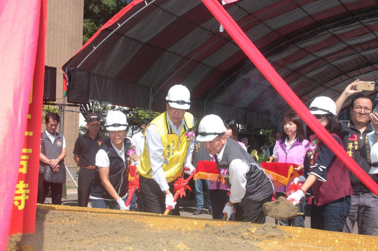 苗栗縣竹南、頭份雙城藍綠縫合計畫工程上午動土,將整合改造竹南、頭份運公園的綠帶、...