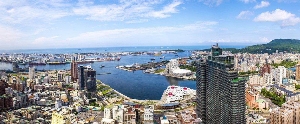 能180度鳥瞰高雄港,是漢來大飯店吸引旅客的最大優勢。漢來/提供