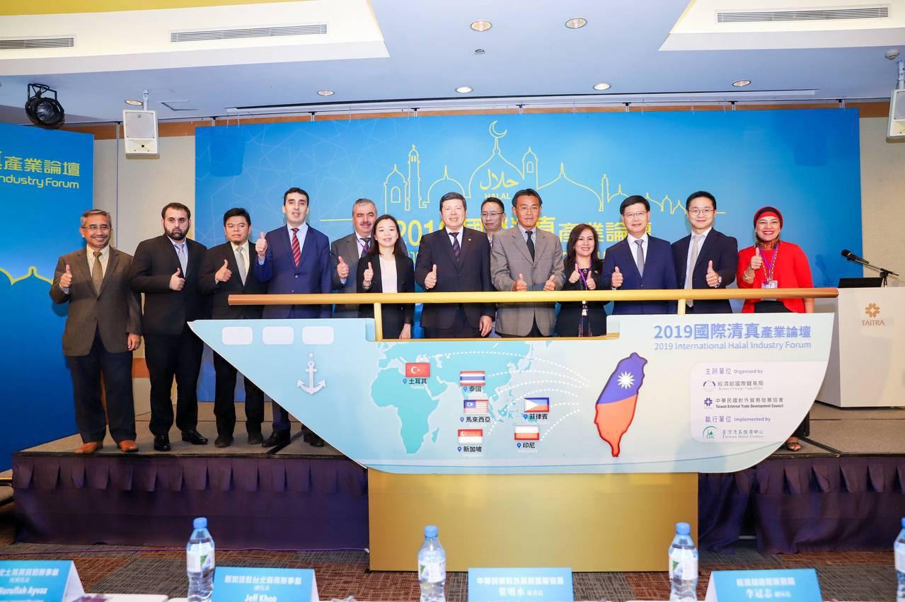 貿易局副局長李冠志(右5)、貿協秘書長葉明水(左7)及各國駐台代表及演講專家為2...