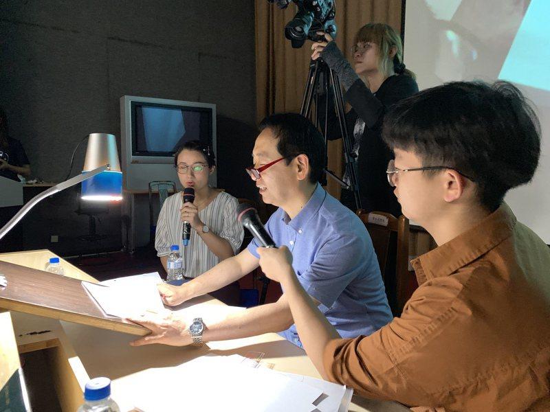 日本動畫大師小幡公春(中)今天到屏東大學演講,並親自示範手繪功力。記者翁禎霞/攝影
