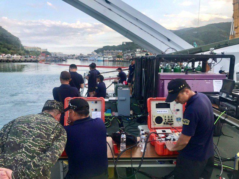 海軍水下大隊以陸軍M3浮橋車為工作平台,進行水下切割作業。圖╱海軍提供