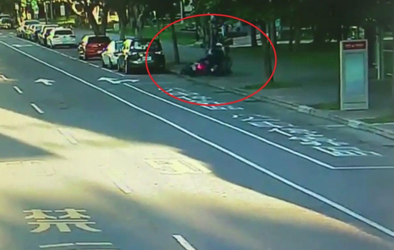 北市交通警察大隊指出,民眾對「疲勞駕駛」缺乏警惕,常見疑因駕駛騎士睡不飽、恍神造...