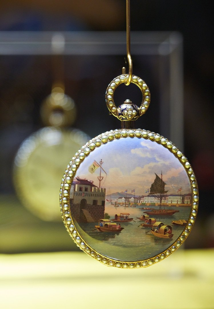 1830年用「微縮珐瑯」繪製的懷錶,畫的是當時廣州檣楫雲集的貿易盛況。圖/百達翡...