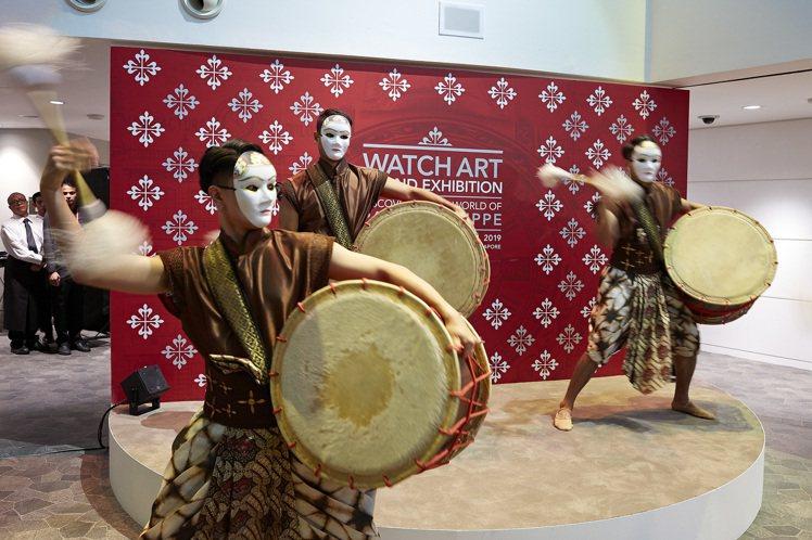錶展開幕秀是戴著面具的俐落鼓陣與舞蹈。圖/百達翡麗提供