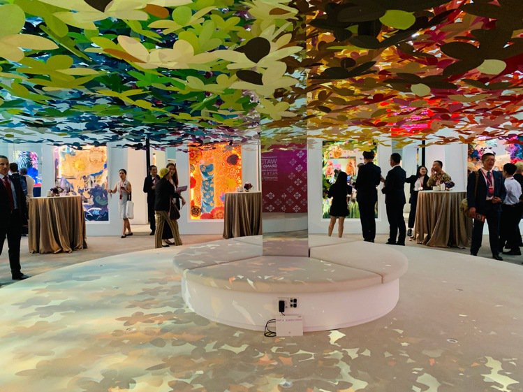百達翡麗2019新加坡錶展的展覽現場用「彩虹漸層剪紙花塔」打造優雅氛圍。圖/百達...