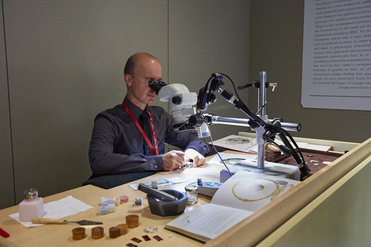 掐絲珐瑯與微縮珐瑯彩繪師也是神乎其技。圖/百達翡麗提供
