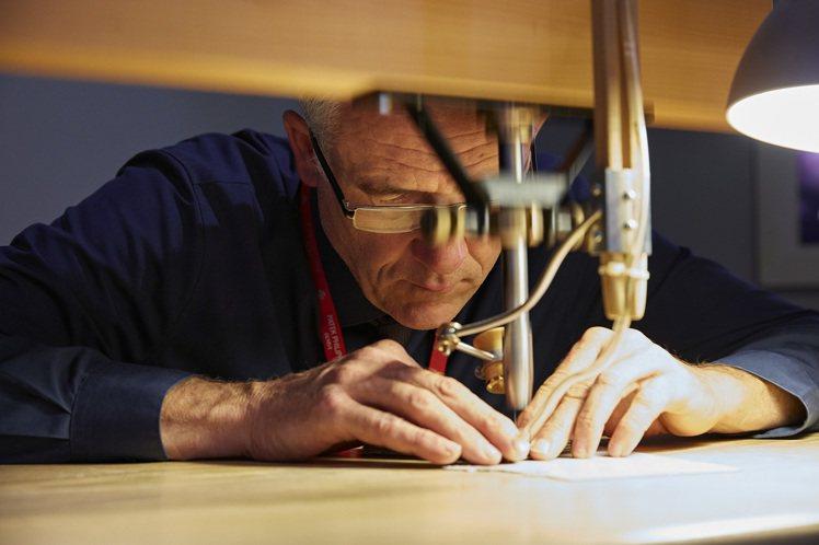 最讓人屏息的是細木鑲嵌師,他用踏板動力裁剪出絲毫不差的細小木片,感覺打個噴嚏,這...