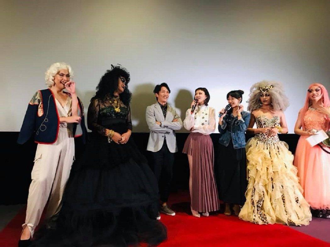 「江湖無難事」裡姚以緹扮演變裝皇后,所以舉辦了「彩虹場」特映會。圖/華映提供