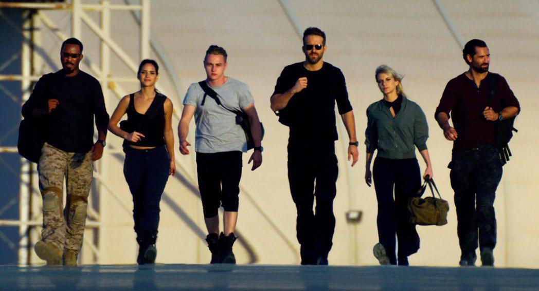 萊恩雷諾斯(右三)主演「鬼影特攻:以暴制暴」。圖/Netflix提供