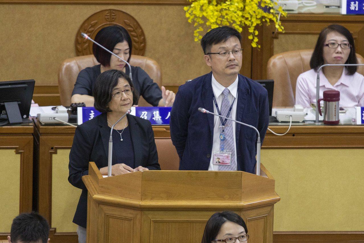 新北市議員何博文今在議會質詢,新北9月初發生疑似食物中毒,至今快1個月結果仍未出...