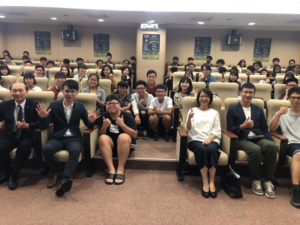 「花甲男孩」作者楊富閔(前排左二)受邀到聯合大學擔任駐校作家,32歲的他也創下台...