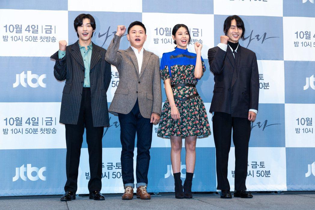 禹棹煥(左起)、導演金鎮元、金雪炫和梁世宗今天出席「我的王國」新戲記者會。圖/N...