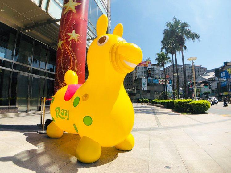 環球購物中心中和店大門口推出3米高RODY充氣球。圖/環球購物中心提供