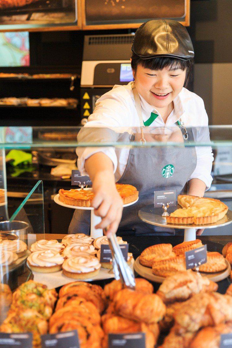 星巴克台北時代門市限定販售12款「新鮮現烤」烘焙糕點。圖/星巴克提供