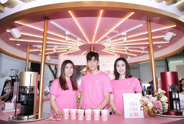 雅詩蘭黛集團為響應乳癌防治宣導公益,打造夢幻樂園咖啡屋,與大家一同攜手做公益。圖...