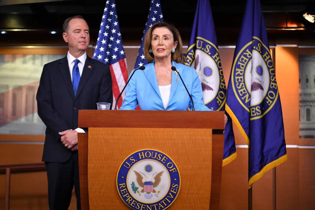 美國國會眾議院議長波洛西(右)和眾院情報委員會主席謝安達(左)2日上午召開記者會...