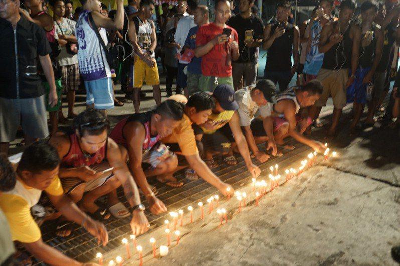 數十名外籍移工今晚到南方澳大橋事故處,用溫暖燭光,呼喚最後一名失蹤者早日回來。記者王燕華/攝影
