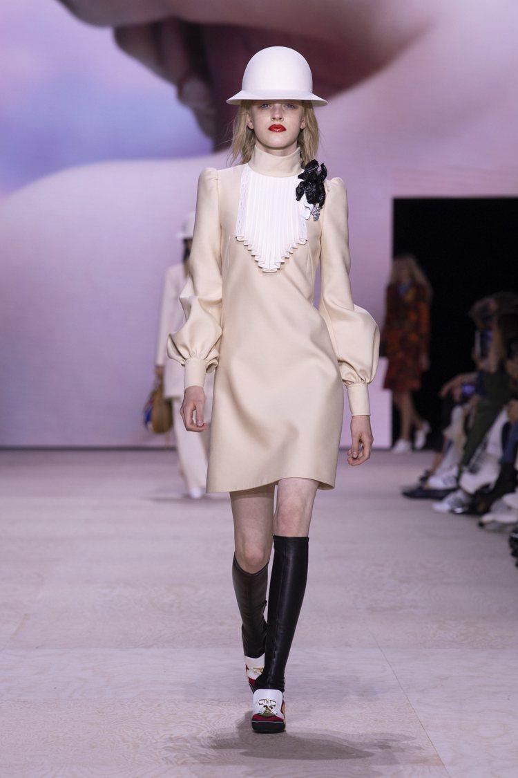 氣質高雅的帽飾與洋裝,以法國女演員莎拉.伯恩哈特為靈感。圖/LV提供