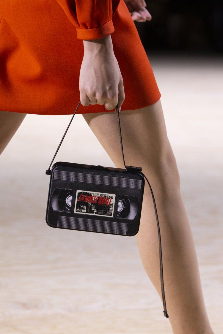 以錄音帶為靈感的小提包相當復古可愛。圖/LV提供