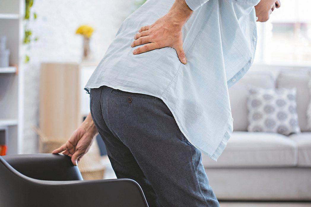 脊椎骨腫瘤轉移可能引起背部和腰部等其它部位疼痛。 圖/123RF