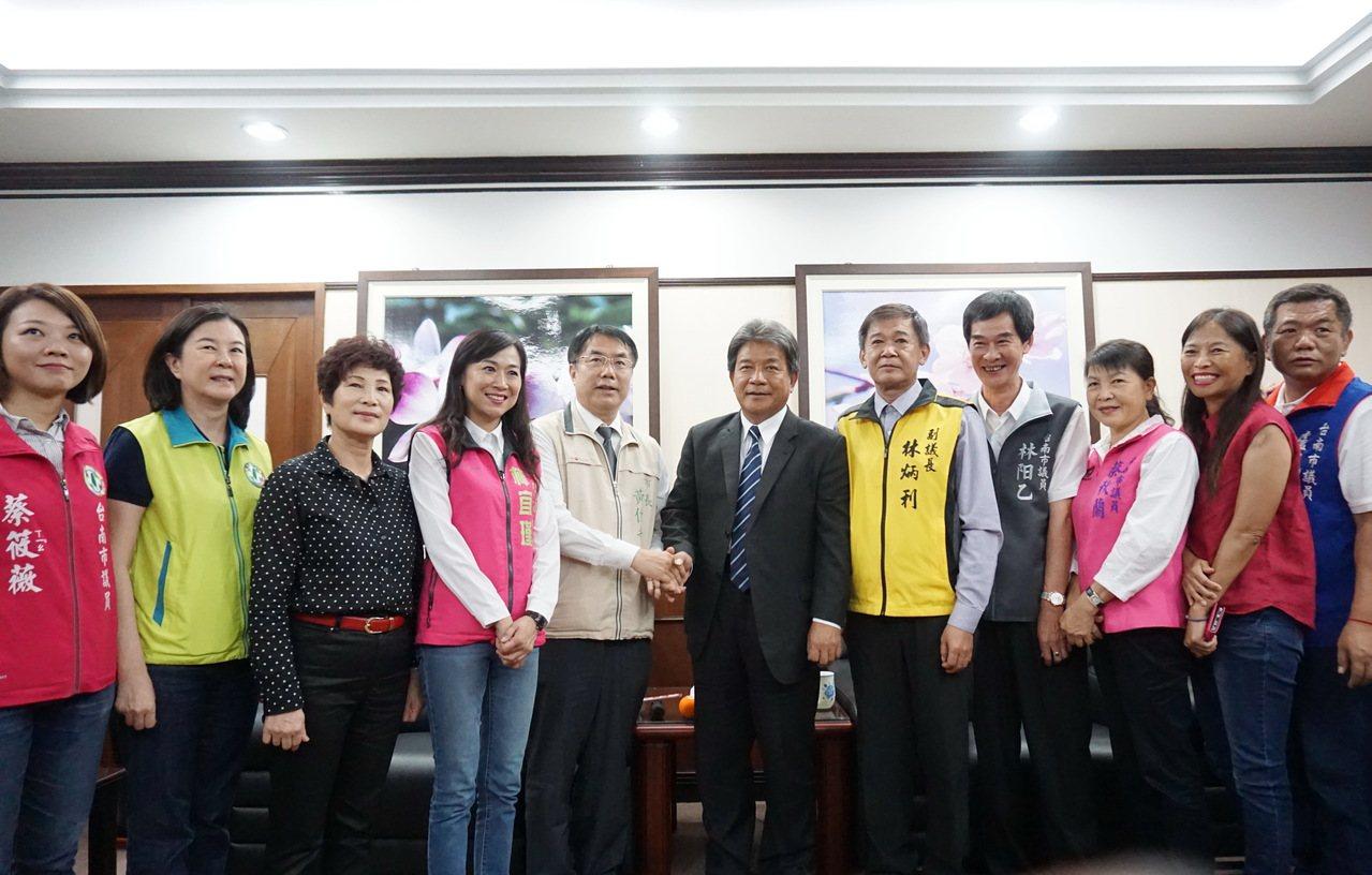 台南市長黃偉哲(左五)昨天到議會拜會議長郭信良(左六),聽取議員有關總預算的意見...