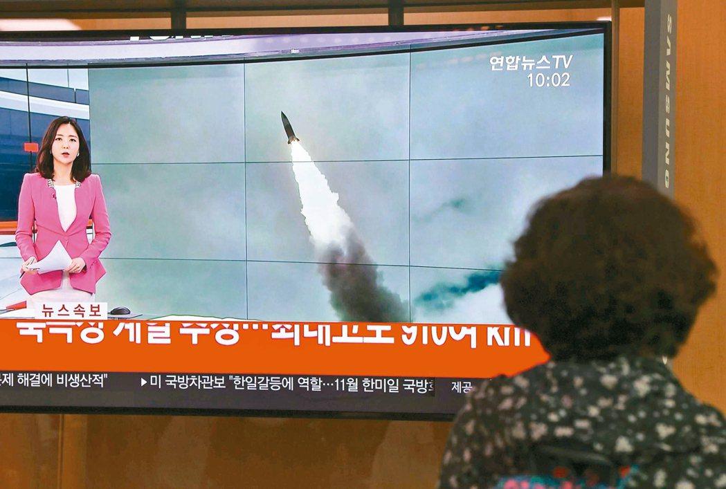 南韓首爾車站大電視二日播放北韓發射飛彈的新聞快報。 法新社