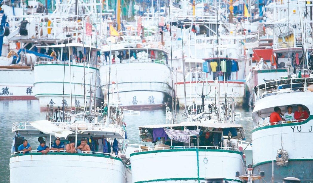 南方澳跨港大橋斷裂,橋體斷在水下阻礙航道,港內近五百艘船無法出海,外籍漁工只能窩...